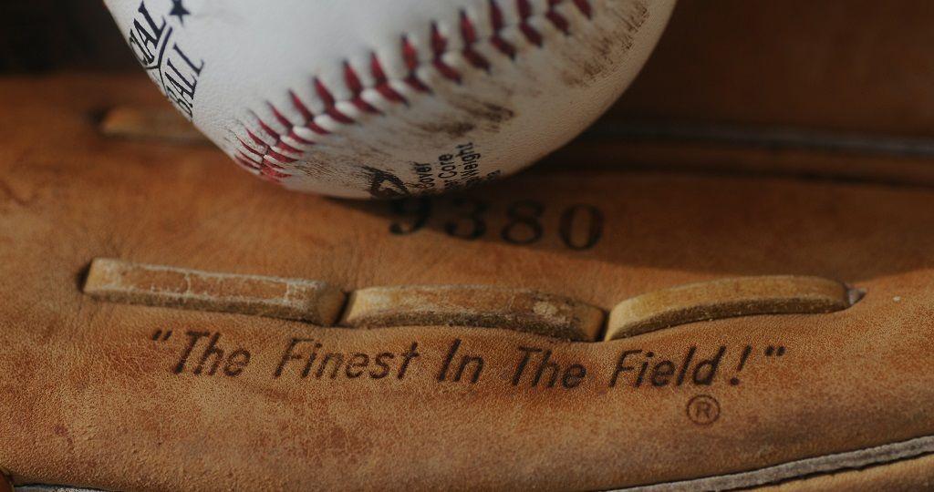 Guantone-e-palla-da-baseball