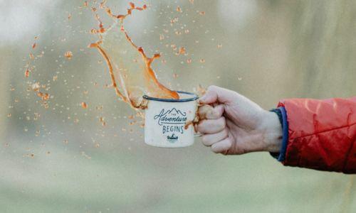 mano-che-versa-una-tazza-di-caffè