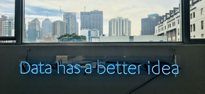 una-finestre-su-una-città-e-la-scritta-data-has-a-better-idea-foto-di-franki-chamaki-su-unsplash