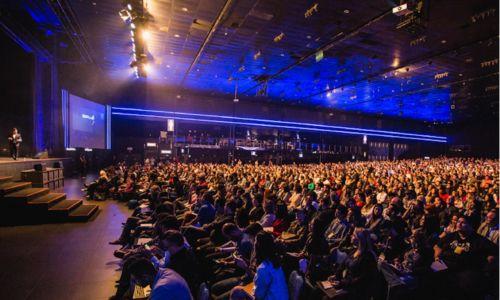 Persone-ascoltano-una-presentazione-durante-un-evento-aziendale